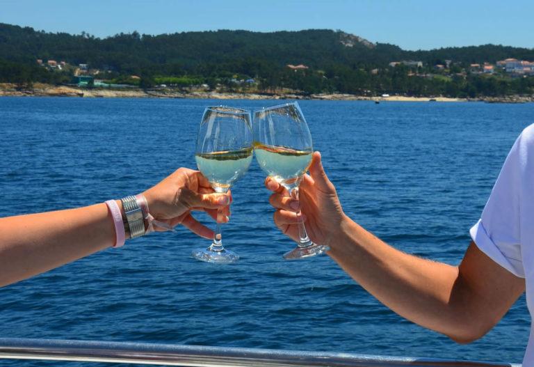 Brindis con vino en el catamarán de la comida por la ría de Arousa