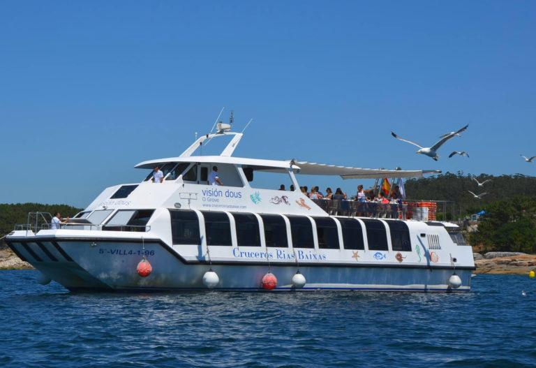 Catamarán de la excursión con comida en el barco por O Grove en la Ría de Arousa