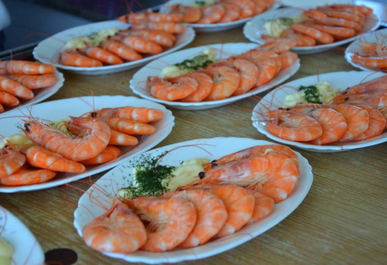 """Platos de langostinos de la excursión con comida en el barco por O Grove en la Ría de Arousa"""""""