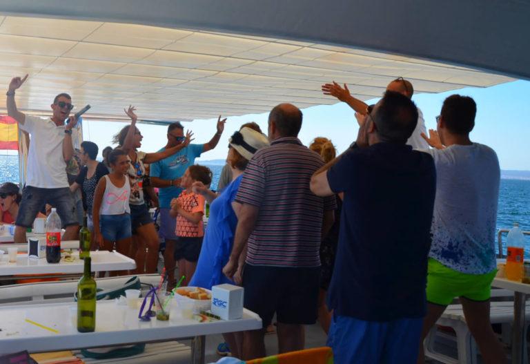 """Celebración de la comida en el catamarán en la excursión con comida en el barco de O Grove en la Ría de Arousa"""""""