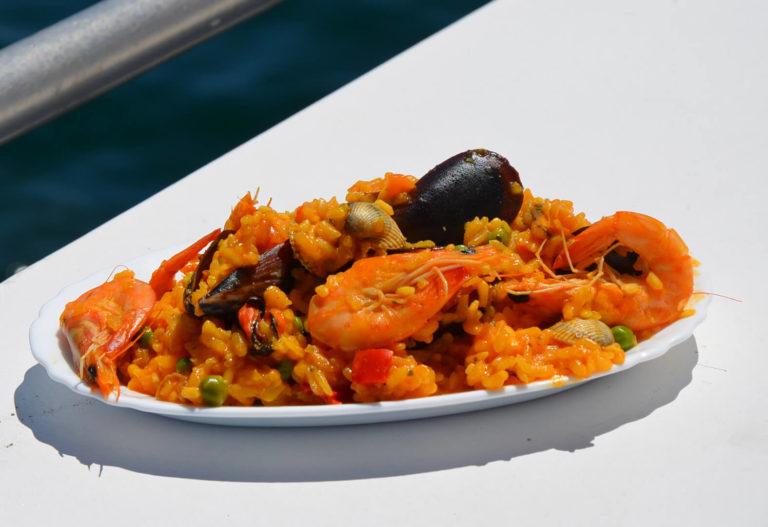 Plato de arroz de marisco de la excursión con comida en el barco por O Grove en la Ría de Arousa