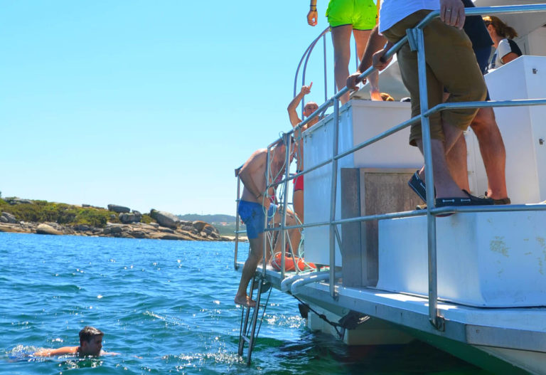 Excursión en barco con comida y baño por las rías