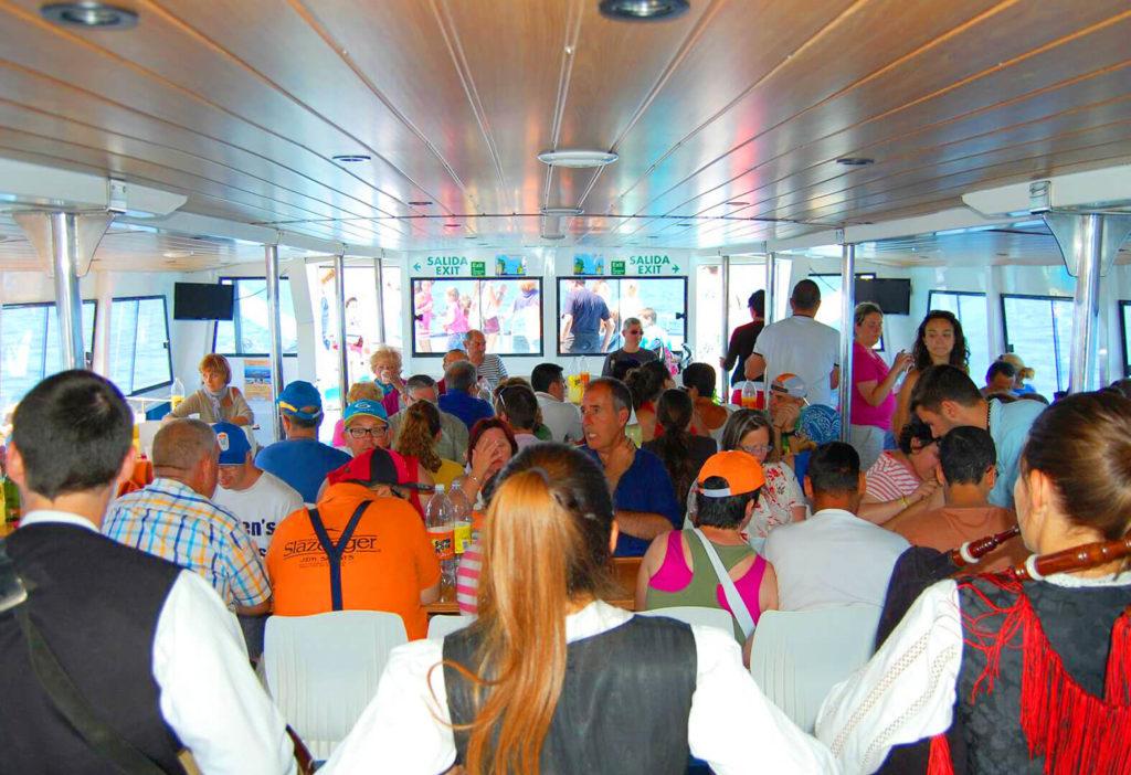 Interior del Catamarán Acuarium Cat en crucero turístico