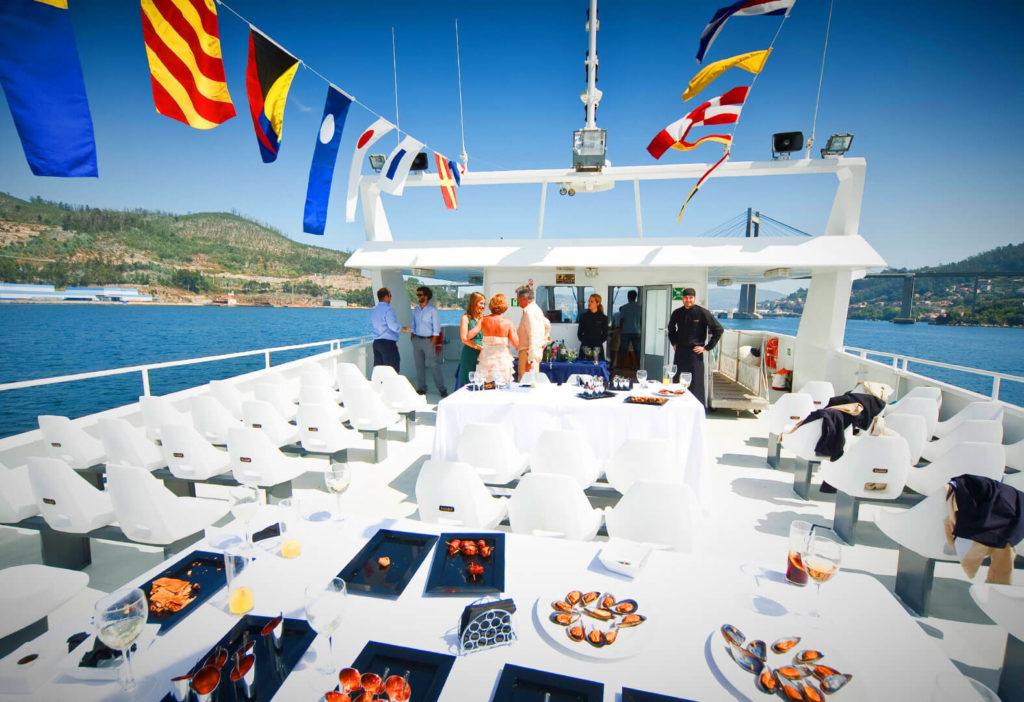 Cubierta del Catamarán Novo Delfín con los platos de comida puesto