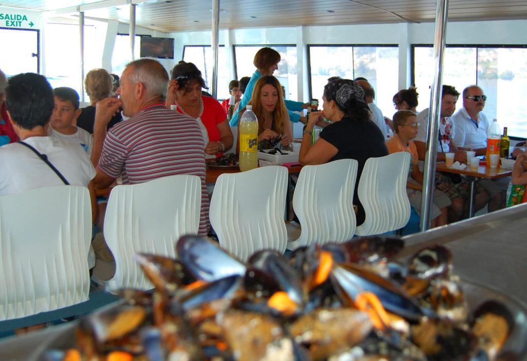Interior del catamarán de la Ruta de mejillones por la ría de Pontevedra