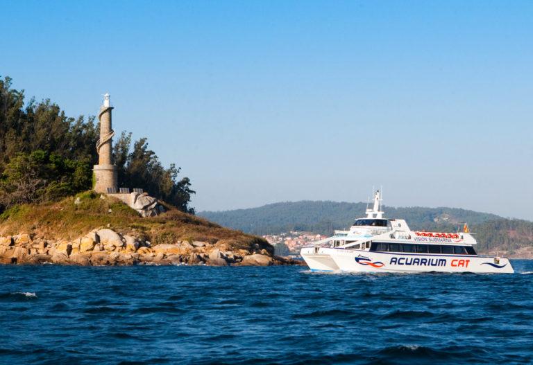 Catamarán llegando a la Isla de Tambo en la Ruta de mejillones por la ría de Pontevedra