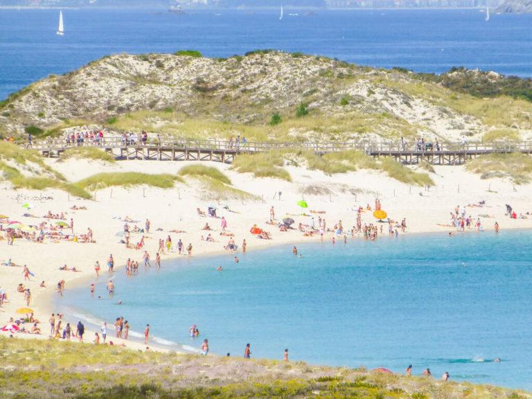 Vista playa de Rodas en verano